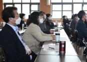 참가자들이 강의를 듣고 있다.