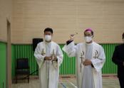 체육관 내부를 축복 중인 교구장 김선태 주교