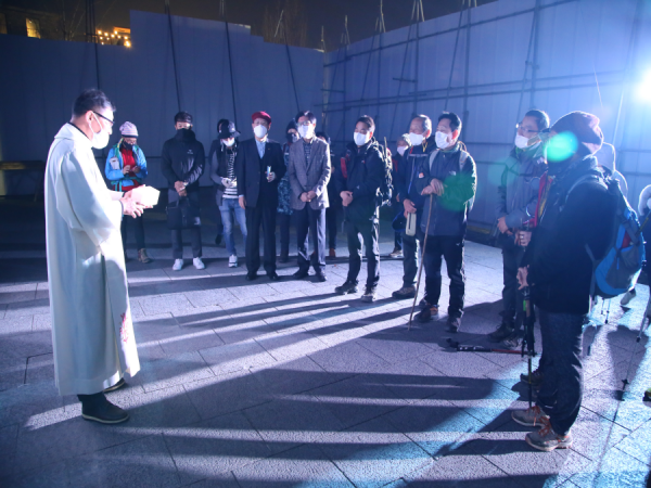 전동성당에 도착하여 이영춘 신부에게 강복을 받고 있는 순례자들