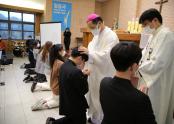 말씀의 봉사자들이 김선태 주교와 교구 사제단에게 안수를 받고 있다.
