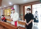 미사전 어양동성당에 도착하셔서 기도하시는 김선태 주교님
