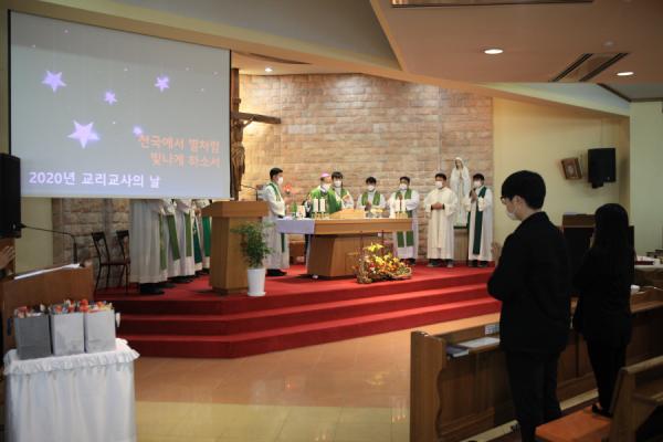 미사 집전 중인 교구장 김선태 주교와 교구 사제단